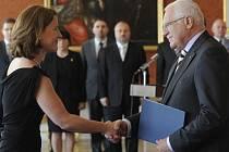 Prezident Václav Klaus (vpravo) jmenoval 1. července v Praze místopředsedkyni Věcí veřejných Karolínu Peake vicepremiérkou a předsedkyní legislativní rady.