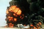 Hořící unesená letadla na bývalé pouštní letecké základně RAF v Jordánsku