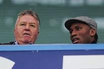 Didier Drogba po boku Guuse Hiddinka