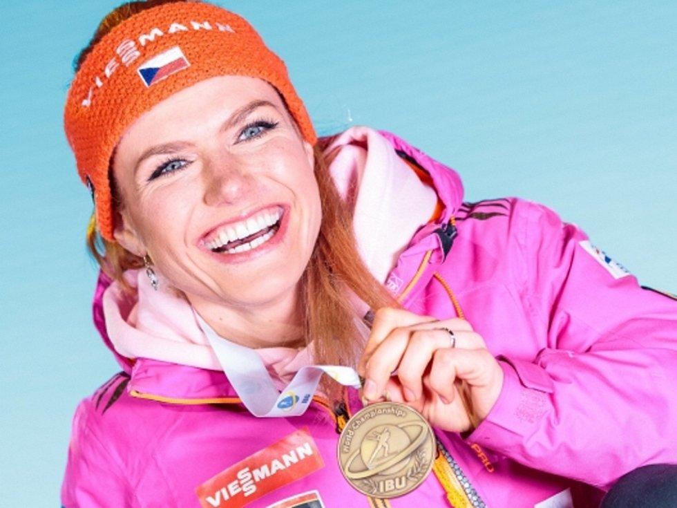 Gabriela Koukalová s bronzovou medailí ze stíhacího závodu na mistrovství světa.