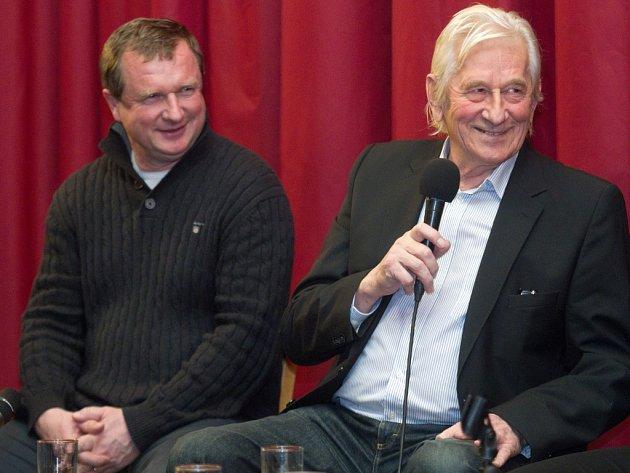 Dvě trenérské ikony vedle sebe. Nový kouč české fotbalové reprezentace Pavel Vrba (vlevo) a bývalý úspěšný lodivod nároďáku Karel Brückner.