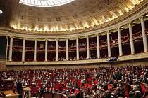 Francouzské Národní shromáždění (dolní komora parlamentu) dnes schválilo kontroverzní návrh ústavních změn, které podle ochránců lidských práv omezují osobní svobody obyvatel.
