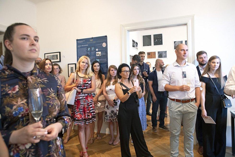 Radim Krejčí (třetí zprava) na otevření srpnové výstavy předmětů nabízených k investování v Praze