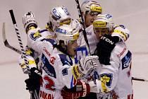 Hokejisté Pardubic se radují z postupu do semifinále play off extraligy.