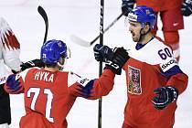 Zleva Tomáš Hyka a Michal Moravčík z Česka se radují z druhého gólu.