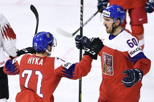 Zleva Tomáš Hyka a Michal Moravčík zČeska se radují zdruhého gólu.