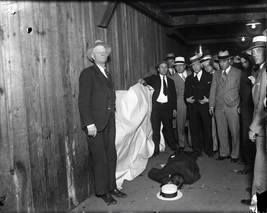 Situace po vraždě. Policejní snímek zachycuje vyšetřovatele nad mrtvolou reportéra Jakea Lingleho