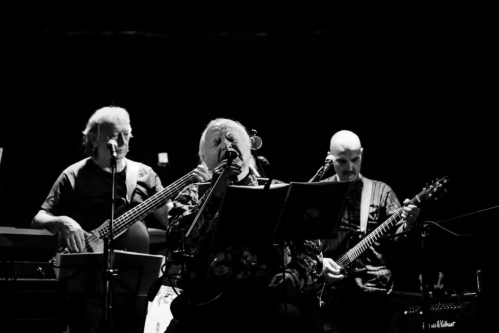 Mariánské Lázně - Klub Morrison v Mariánských Lázních ožil undergroundem. Zamířila sem hudební a umělecká skupina Aktual, u jejíhož zrodu stál Milan Knížák. Vznikla před 50 lety právě v Mariánských Lázních, a proto si kapela vybrala jako místo pro křest n