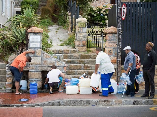 Fronta na vodu. Kapskému městu dochází voda. Zemi sužují nebývalá sucha.