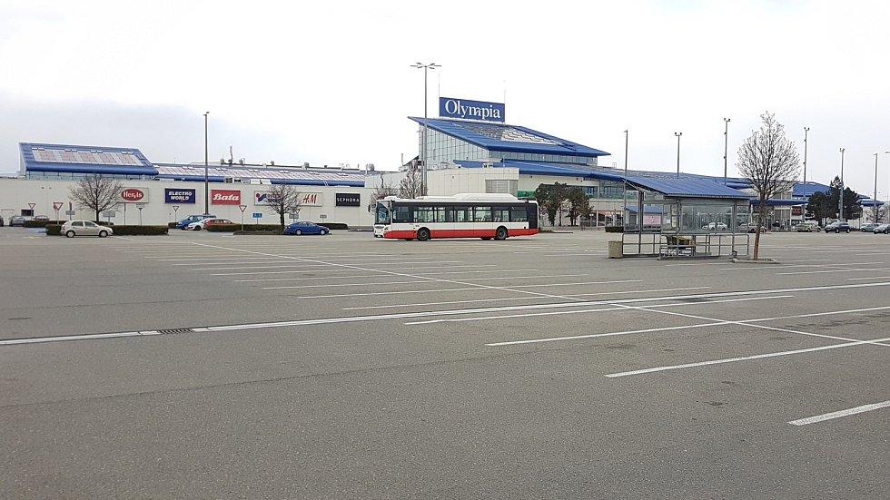 Parkoviště obchodního centra Olympia v brněnských Modřicích je dnes prázdné.
