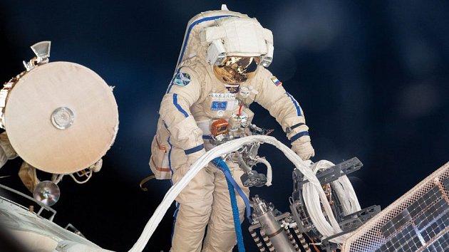Kosmonaut na povrchu Mezinárodní vesmírné stanice ISS