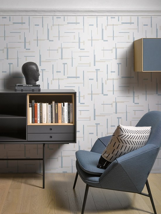 Světle šedé odstíny se spolu s jemnými paletovými těší už několik let široké oblibě. Zajímavou a odvážnou variantou můžete být šedá tapeta s decentní strukturou, kterou můžete doplnit polštáři v jemných teplých barvách.