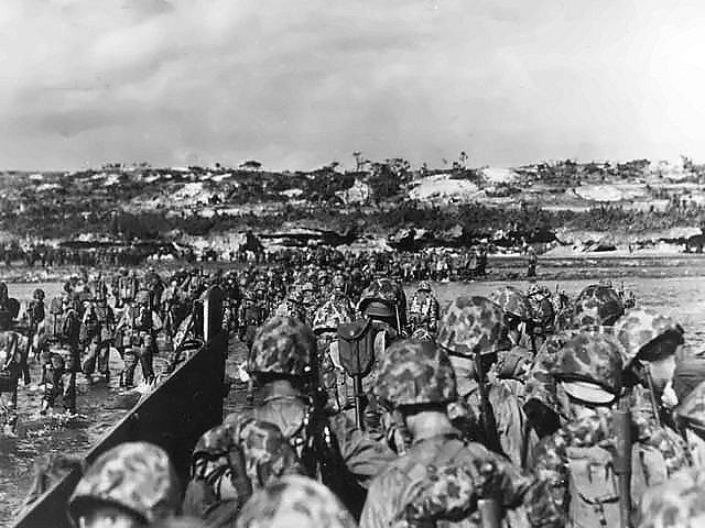 Příslušníci americké námořní pěchoty se vyloďují na Okinawě