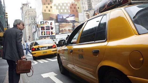 Jste volný? Muž na ulici neworské ostrova Manhattanu se snaží získat volný taxík. Ve čtvrtek jich jezdil jen zlomek. Jeden ze svazů taxikářů stávkoval.