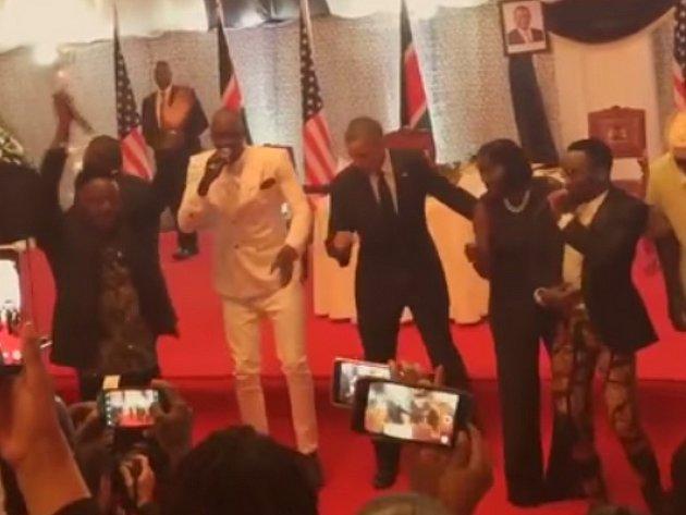 Obama si zatancoval společně s populární keňskou kapelou Sauti Sol.