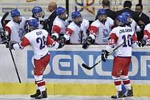 Čeští hráči se radují z gólu. Vpředu vlevo je autor gólu kapitán Michal Gut.
