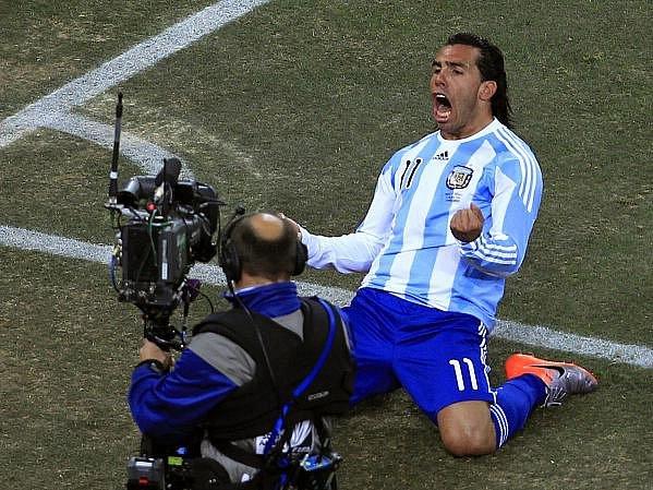 Carlos Tévez oslavuje jednu ze svých tref do sítě Mexika.