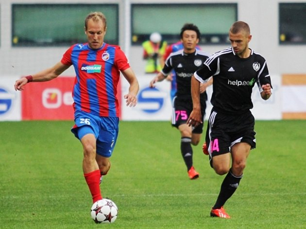 S míčem Daniel Kolář z Plzně, který uniká zadákovi Tallinu.