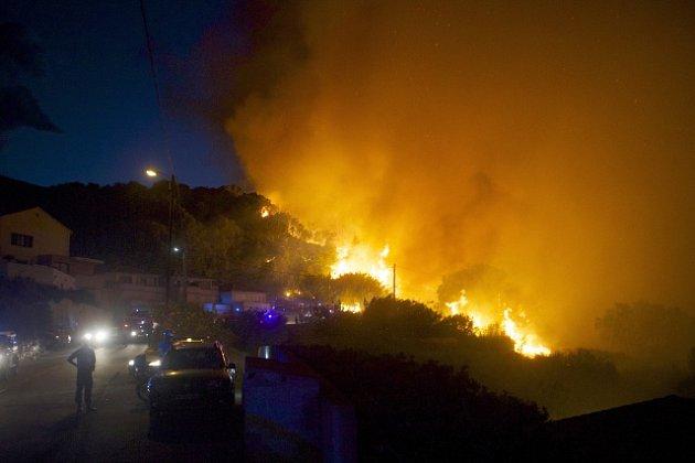 Korsika se potýká s vlnou ničivých požárů