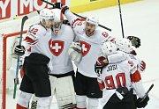 Hokejisté Švýcarska se radují z gólu.