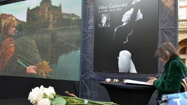 Lidé na pietním místě na piazzetě Národního divadla od pátečního dopoledne uctívají památku legendární sportovní gymnastky Věry Čáslavské.