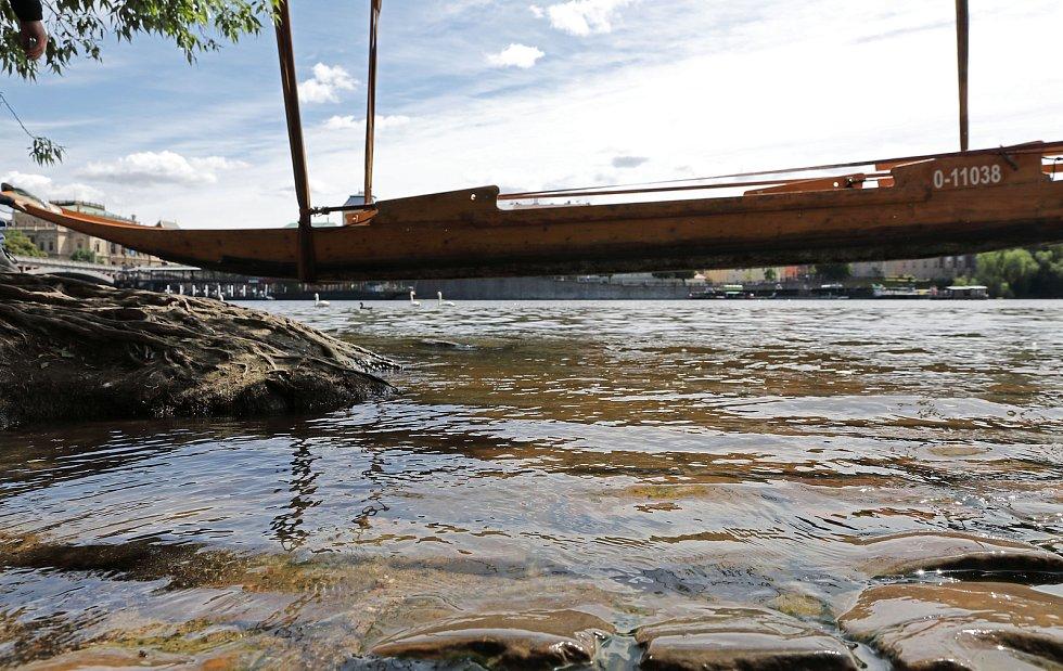 Příprava na svatojánské slavnosti Navalis - spouštění lodí na Vltavu na Náplavce u Hergetovy cihelny 13.května.