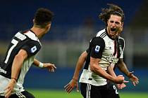 Cristiano Ronaldo (vlevo) a Adrien Rabiot se radují z gólu druhého jmenovaného do sítě AC Milán.