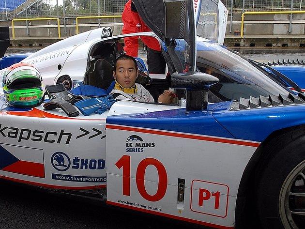 Sakon Jamamoto v kokpitu Loly Aston Martin.