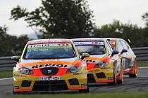 Spanilá jízda Seatu v brazilské Curitibě: Gabriele Tarquini, Rickard Rydell a Jordi Gené seřazeni  v čele závodu.