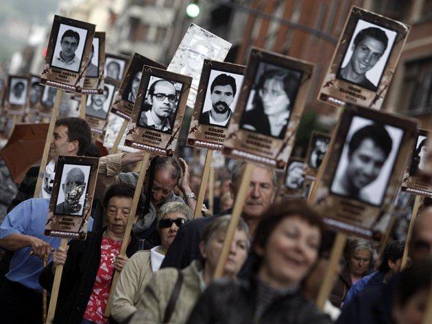 Stoupenci organizace ETA nesou portréty jejích vězněných členů, pro něž žádají generální amnestii. V úterý se jejich řady ale naopak kvůli zásahu francouzské policie rozšířily.