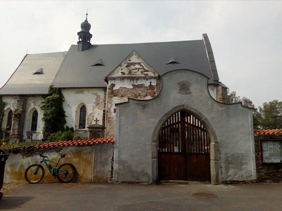 Hřbitovní kostel sv. Máří Magdalény ve Velharticích. Zde možná lehce uvěříte pověstem o zdařilém rituálu oživení mrtvoly vojáka či upálení desítek lidí krutými loupežníky.