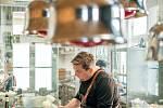 Obdivovatel rakouské gastronomie, Jan Punčochář, připravuje ve svém podniku U Matěje vepřový řízek pečený na sádle.