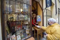 Výdejové okénko knihkupectví v Budějovicích