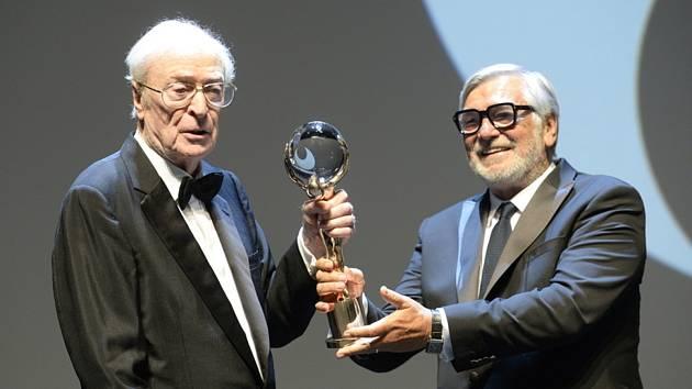 Britský herec Michael Caine převzal 20. srpna 2021 při zahájení 55. ročníku Mezinárodního filmového festivalu Karlovy Vary Křišťálový globus za mimořádný umělecký přínos světové kinematografii.