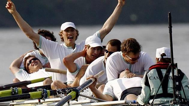 Veslaři Cambridge po dvou neúspěšných ročnících vyhráli slavný závod univerzitních osmiveslic na Temži.