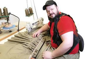 Pánské sukně šije Jan Pávek sám, vylepšuje je podle svých uživatelských zkušeností