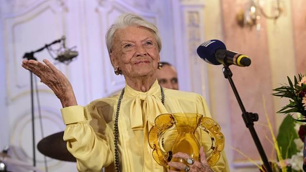 Herečka Zdenka Procházková (vlevo) převzala 4. dubna 2019 v Olomouci na závěr čtyřdenního mezinárodního festivalu rozhlasové tvorby Prix Bohemia Radio cenu Thálie za herecký výkon v rozhlasové hře