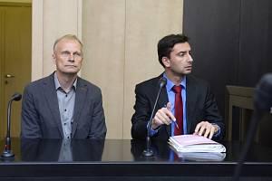 Jaroslav Hensl - Městský soud v Praze projednal 18. října 2019 správní žalobu zvukaře Jaroslava Hensla (vlevo) na ministerstvo vnitra a policii.