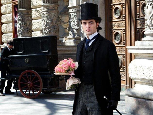 Film Miláček, který ve čtvrtek vstoupil do českých kin, má hvězdné obsazení. V hlavní roli Robert Pattinson