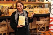 Nejen jako zpěvačka, ale i kmotra se představila herečka Jitka Smutná, když v pražském Vino-klubu uvedla na český trh knihu Kouzelná mapa úspěšné kanadské autorky Colette Baron-Reid z nakladatelství Synergie.
