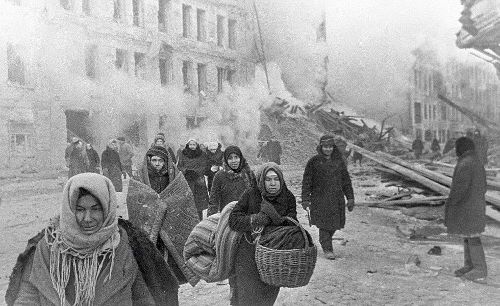 Obyvatelé Leningradu opouštějí své domy poškozené při náletu