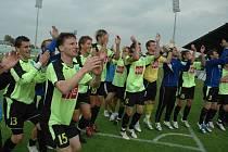 Fotbalisté Čáslavi se radují z postupu do první ligy.