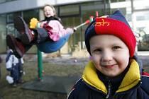 Vědci předpokládají, že běžné infekce, které se šíří vkolektivu, nastartují imunitní systémy dětí tak, že jsou pak schopné leukemii čelit. (Ilustrační snímek)