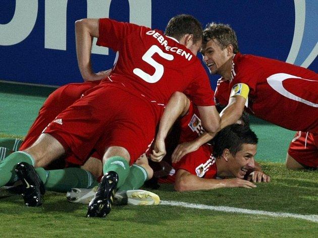 Maďarští fotbalisté oslavují gól v dramatickém čtvrtfinále MS do dvaceti let proti Itálii.