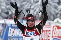 Andrea Henkelová z Německa už ví, že jí výhra v závodě s hromadným startem neunikne.