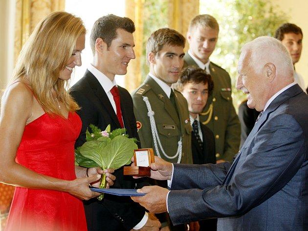 Prezident Václav Klaus udílí pamětní medaili zlaté skifařce Miroslavě Knapkové