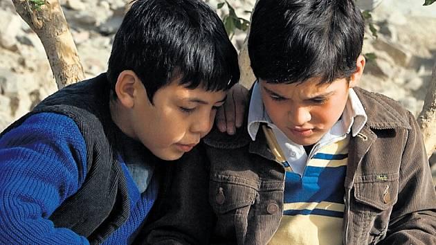 KÁBULŠTÍ SULTÁNI. Nerozlučné přátelství dvou afghánských chlapců brzy naruší třídní rozdíly a invaze sovětských vojsk.