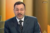 Egyptský a britský občan Ahmad Mansúr moderuje talk show v arabském vysílání Al-Džazíry.
