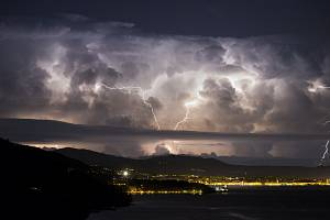 Bouřka zachycená fotoaparátem slovinského fotografa Jureho Batagejla
