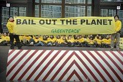 Asi stovka ekologických aktivistů zablokovala vstup do sídla Rady Evropské unie v Bruselu